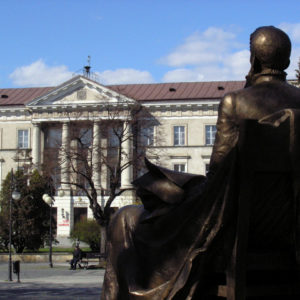 Jan Kochanowski spogląda ku gmachowi Komisji Województwa Sandomierskiego